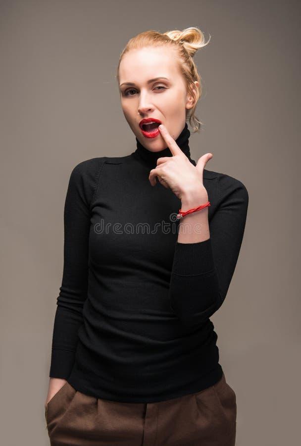 Stående av den eleganta kvinnan royaltyfri fotografi