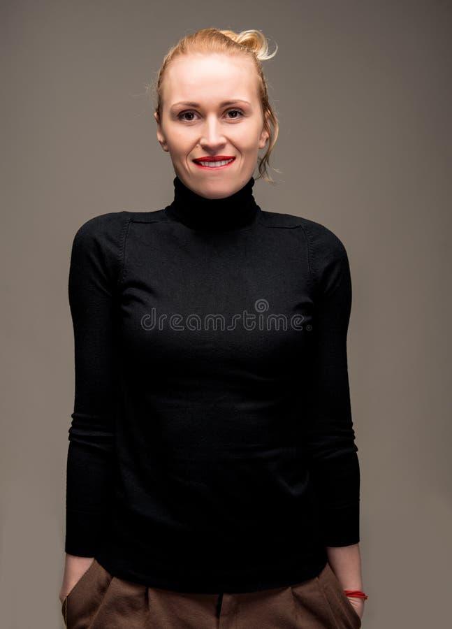 Stående av den eleganta kvinnan royaltyfria foton
