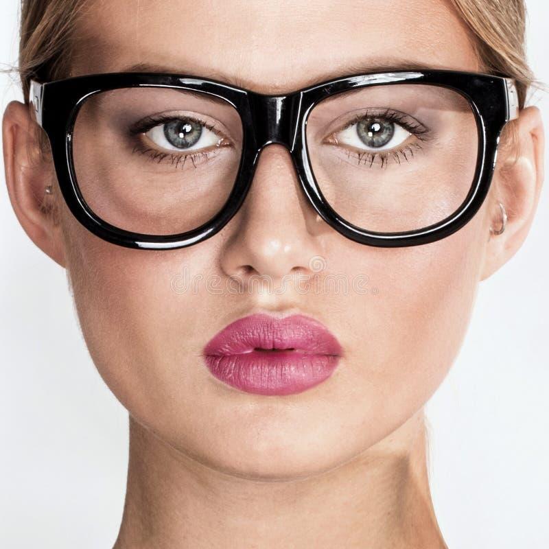 Stående av den eleganta kvinnan i glasögon royaltyfri fotografi