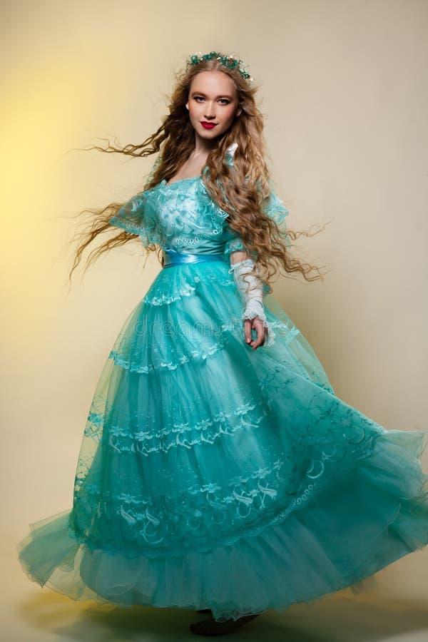 Stående av den eleganta kvinnan i medeltida era royaltyfria bilder