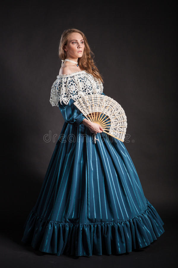 Stående av den eleganta kvinnan i medeltida era royaltyfri foto
