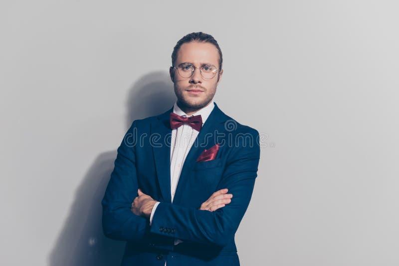 Stående av den eleganta mannen i anblickar, blått omslag, vit skjorta arkivfoto