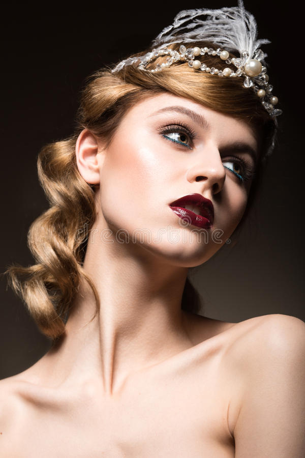 Stående av den eleganta retro kvinnan med härligt hår och mörka kanter Härlig le flicka arkivfoton