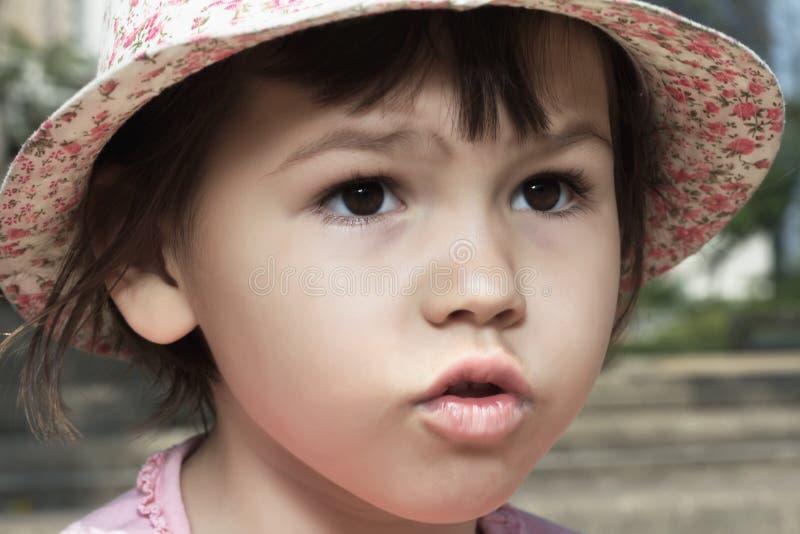 Stående av den emotionella flickan royaltyfri foto