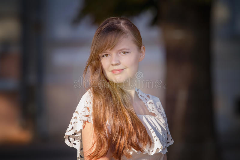 Stående av den europeiska flickan i en vit klänning arkivfoto