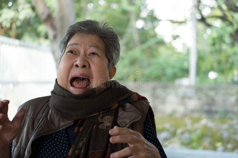 Stående av den förskräckta äldre kvinnan skrämd äldre kvinnlig surpr royaltyfri bild