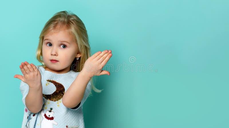 Stående av den förtjusande förvånade lilla flickan som isoleras på en gräsplan royaltyfria foton