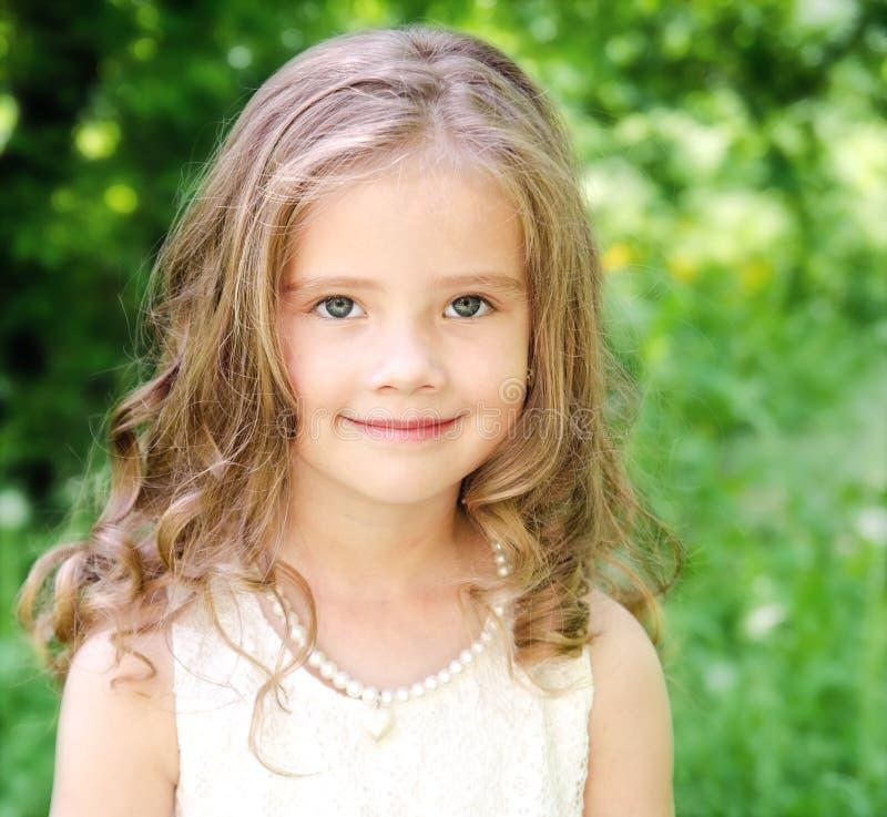 Stående av den förtjusande le lilla flickan arkivfoto