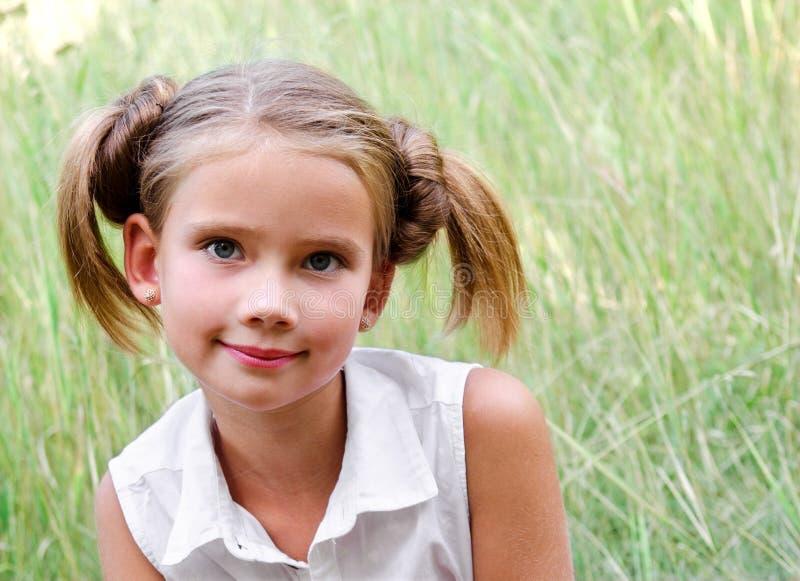 Stående av den förtjusande le lilla flickan i sommardag arkivfoton