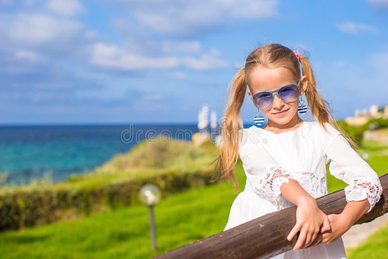 Stående av den förtjusande lilla flickan utomhus under royaltyfria bilder