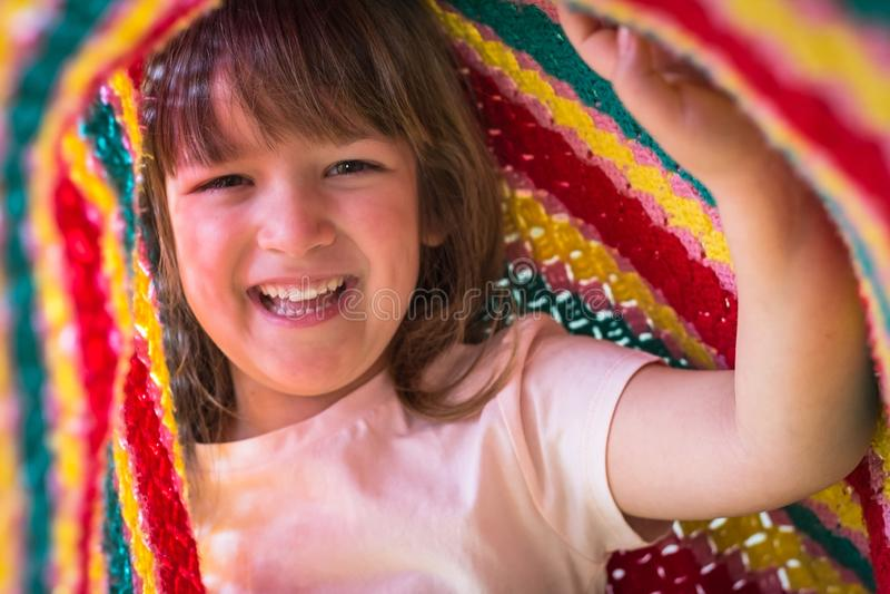 Stående av den förtjusande litet barnflickan som spelar under filten Livstidögonblick och lyckligt barndombegrepp royaltyfria bilder