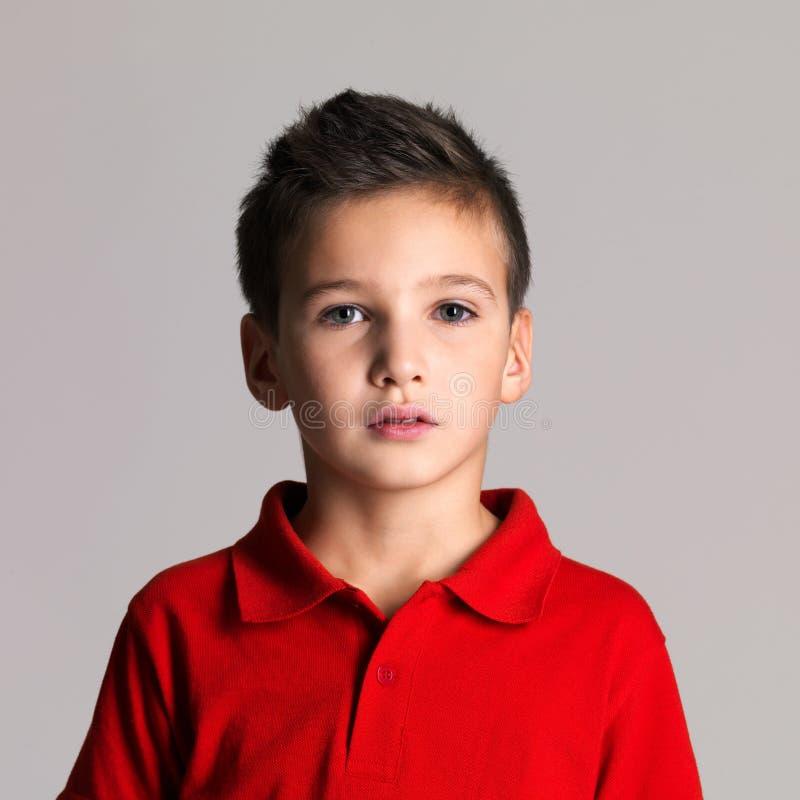 Stående av den förtjusande unga härliga pojken royaltyfri bild