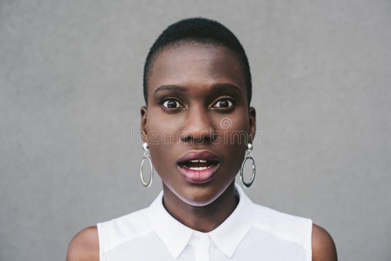 stående av den förvånade stilfulla attraktiva afrikansk amerikankvinnan royaltyfri bild