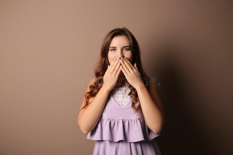 Stående av den förvånade unga kvinnan på färgbakgrund arkivbilder
