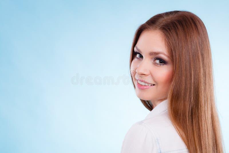 Stående av den fantastiska unga kvinnan för skönhet arkivbild
