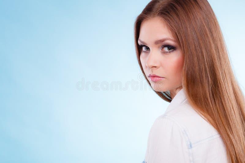 Stående av den fantastiska unga kvinnan för skönhet royaltyfri foto