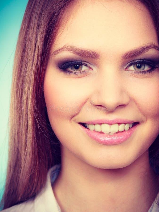 Stående av den fantastiska unga kvinnan för skönhet royaltyfria bilder
