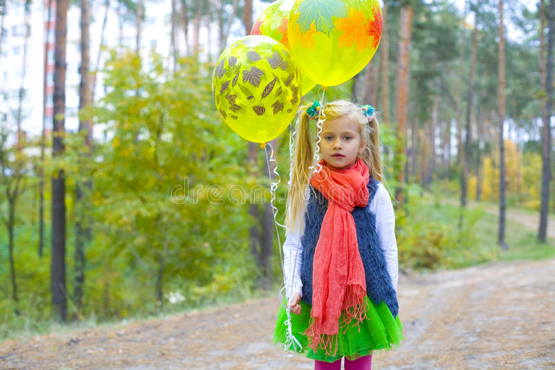 Stående av den femåriga flickan med ballonger royaltyfri foto