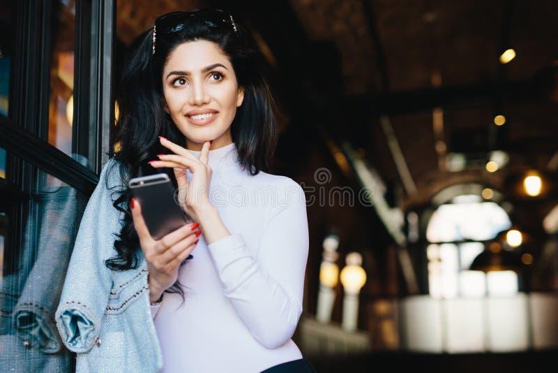 Stående av den fundersamma glamourkvinnan med sjungit att bära för mörkt hår arkivfoto