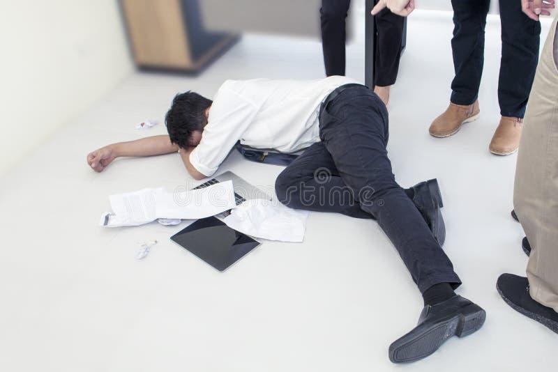 Stående av den funktionsdugliga mannen 20-30 år Stressad Yong affärsman royaltyfria foton