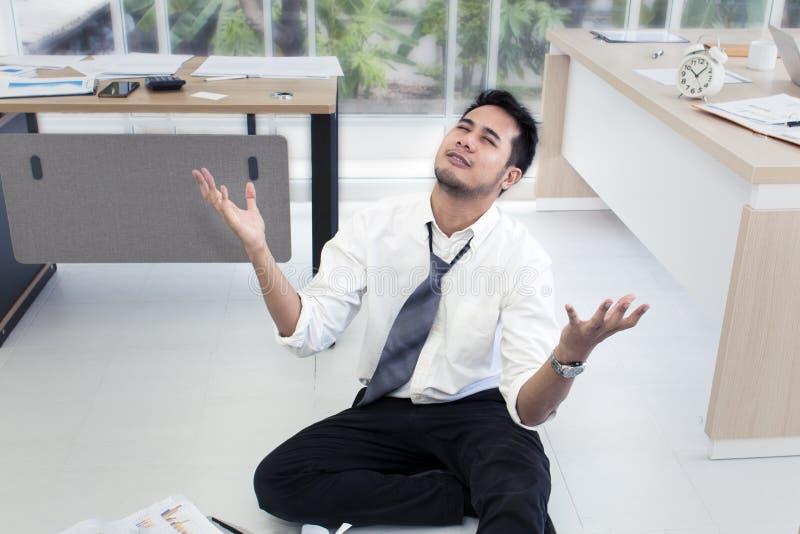 Stående av den funktionsdugliga mannen 20-30 år Stressad Yong affärsman arkivbild