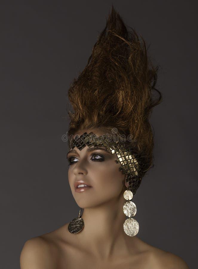 Stående av den futuristiska drottningen för fantasi med flammahår royaltyfri bild