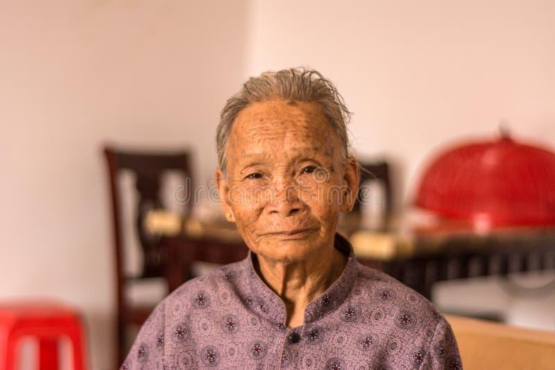 Stående av den gamla kinesiska kvinnan arkivfoton