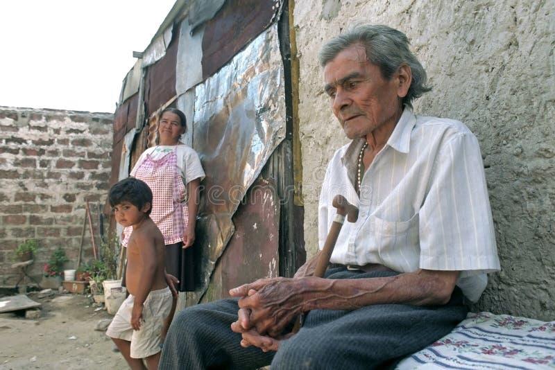 Stående av den gamla sjuka argentinska mannen med familjen royaltyfri bild