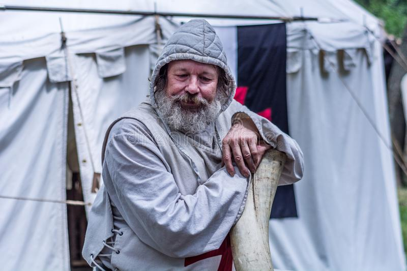 Stående av den gamla Templar riddaren med skägget och huven royaltyfri foto
