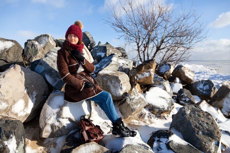 Stående av den glade kvinnan i vinter arkivfoton
