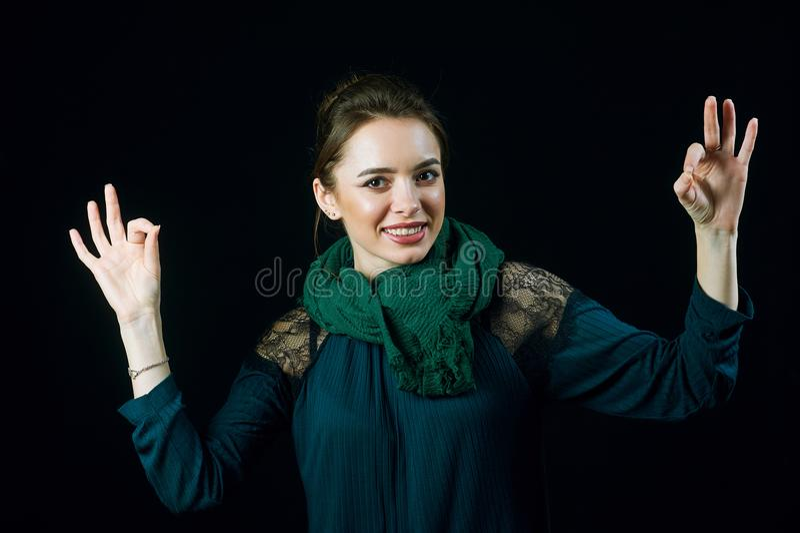 Stående av den gladlynta för visninggest för ung kvinna brunnen royaltyfria bilder
