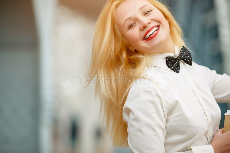Stående av den gladlynta härliga stilfulla blonda flickan som lyckligt ler royaltyfri bild