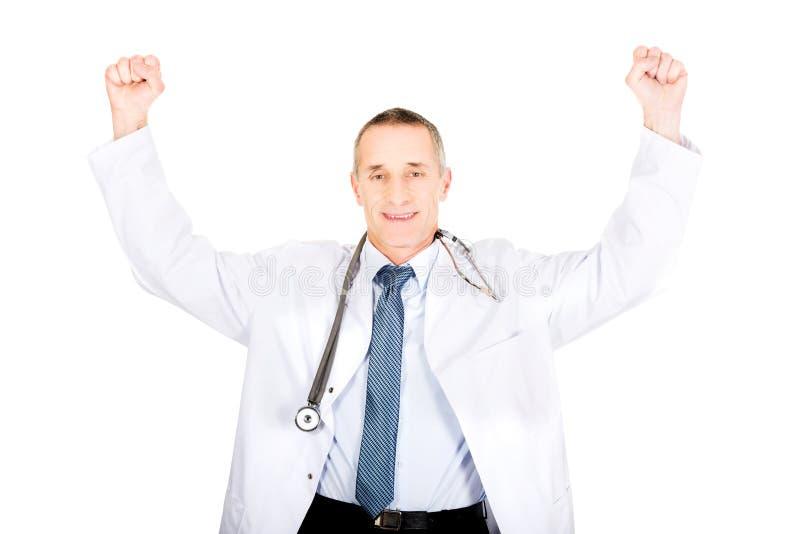 Stående av den gladlynta manliga doktorn med lyftta armar royaltyfri foto