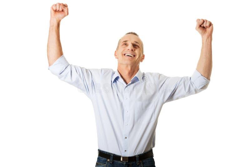 Stående av den gladlynta mannen med händer upp arkivbild