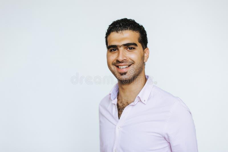 Stående av den gladlynta syrianska mannen royaltyfri fotografi