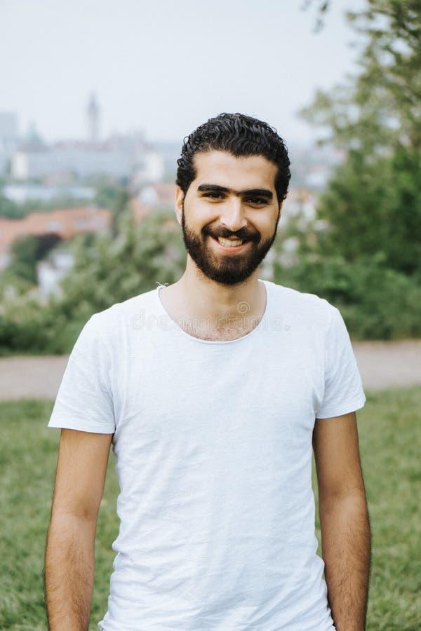 Stående av den gladlynta syrianska mannen arkivbilder