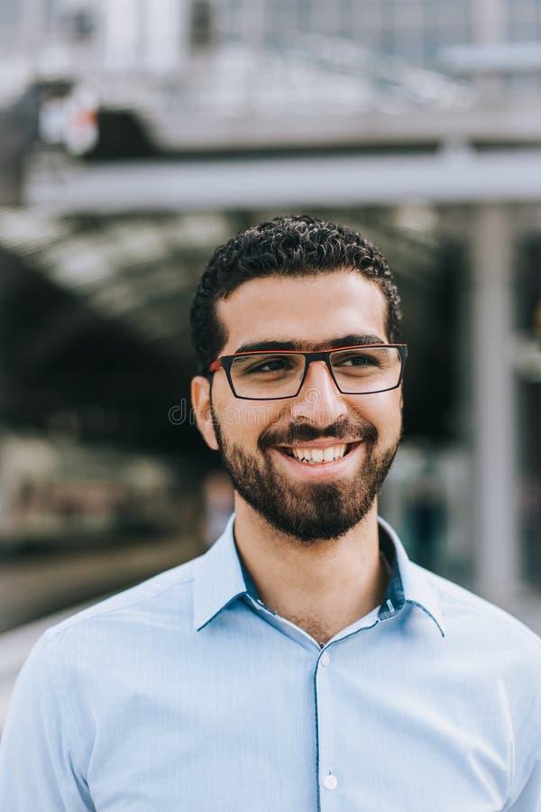 Stående av den gladlynta syrianska mannen på drevstationen arkivfoto