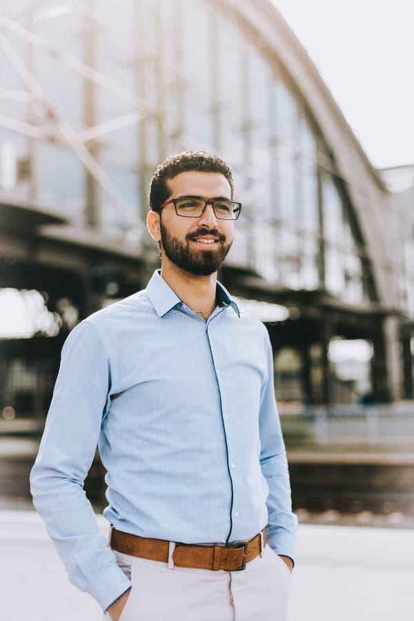 Stående av den gladlynta syrianska mannen på drevstationen fotografering för bildbyråer