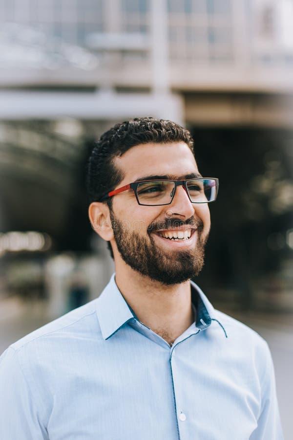 Stående av den gladlynta syrianska mannen på drevstationen arkivbild