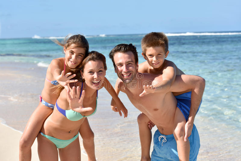 Stående av den gladlynta unga familjen som har gyckel royaltyfria foton