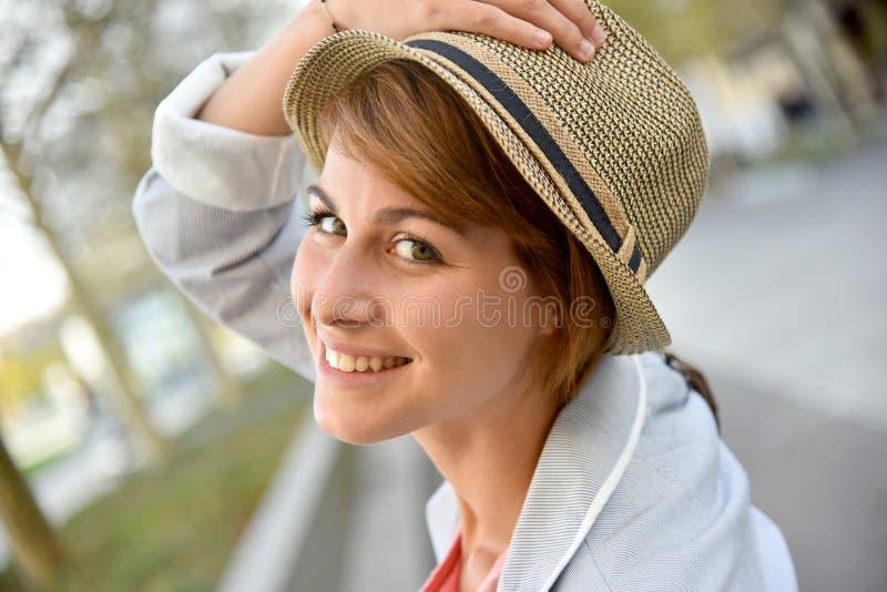 Stående av den gladlynta unga kvinnan i stad arkivfoto