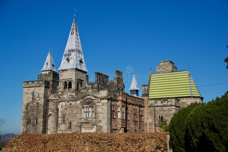 St?ende av den gotiska Alton Castle royaltyfri fotografi