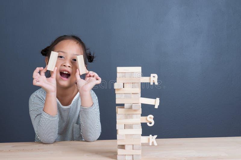 Stående av den gulliga asiatiska flickaåldern för unge 6 år som är lyckligt att spela kvarter royaltyfria foton