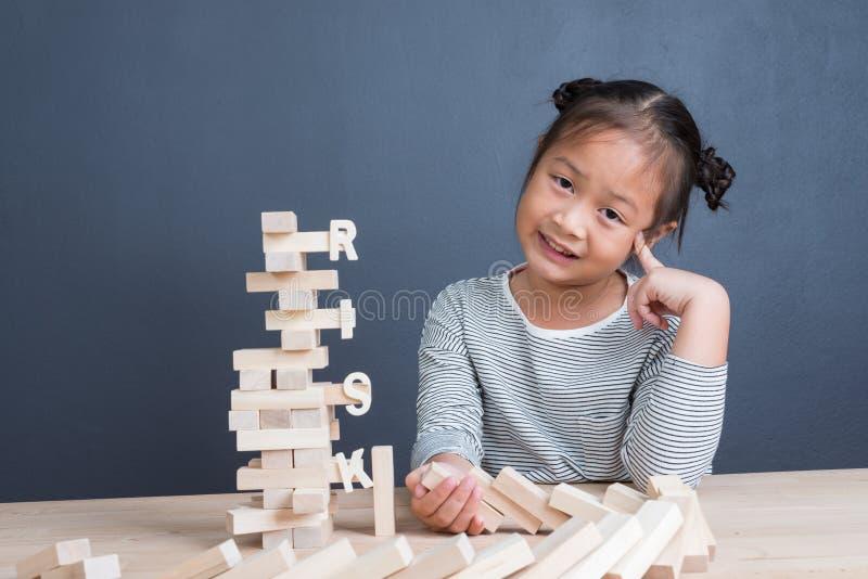 Stående av den gulliga asiatiska flickaåldern för unge 6 år som är lyckligt att spela kvarter fotografering för bildbyråer