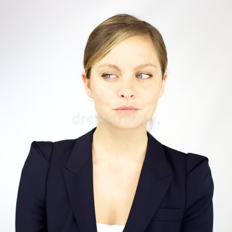 Stående av den gulliga blonda kvinnan för smilng med blåa ögon arkivfoto