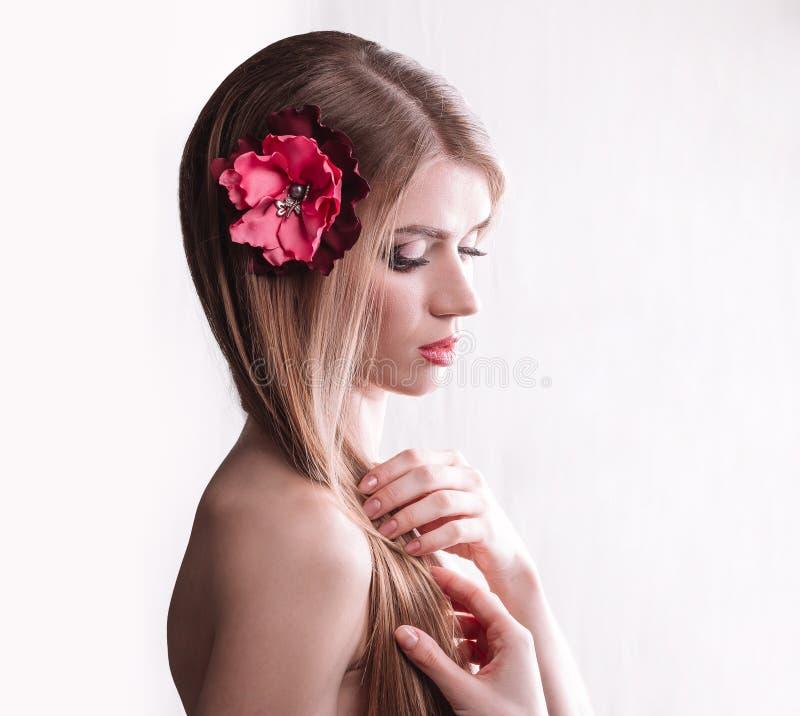 Stående av den gulliga flickan med långt hår på ljus royaltyfri bild