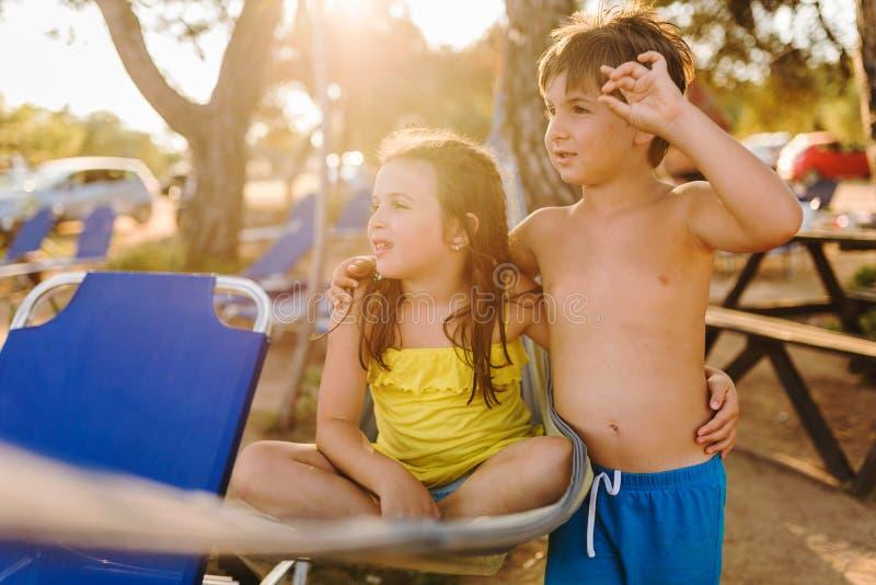 Stående av den gulliga flickan och pojken på den medelhavs- stranden fotografering för bildbyråer