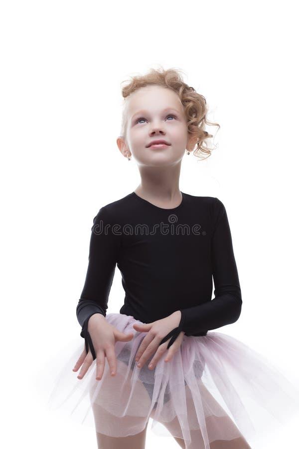 Stående av den gulliga lilla ballerina som ser upp royaltyfri fotografi