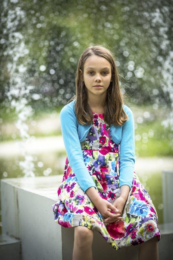 Stående av den gulliga lilla flickan i sommar royaltyfri bild