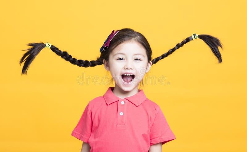 Stående av den gulliga lilla flickan som har gyckel royaltyfri foto